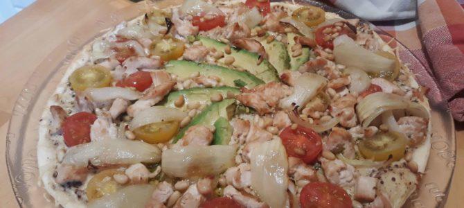 Pizza poulet, avocat, tomates cerise & pignons de pin sur lit de crème moutardée à l'ancienne