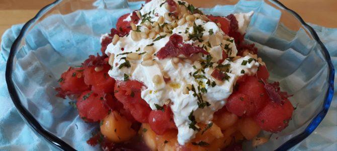 Salade de melon/pastèque à la burrata, au jambon de pays & à la menthe