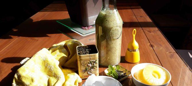 Smoothie glacé au thé vert, à l'ananas, aux graines de chia & à la menthe
