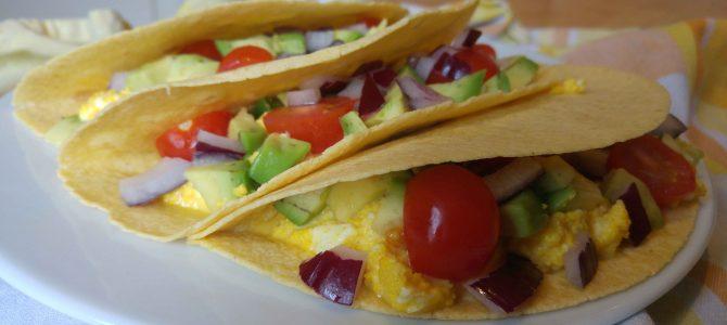 Tacos oeufs brouillés, avocat & tomates cerise